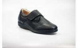 Sapato em pele, com fecho de velcro